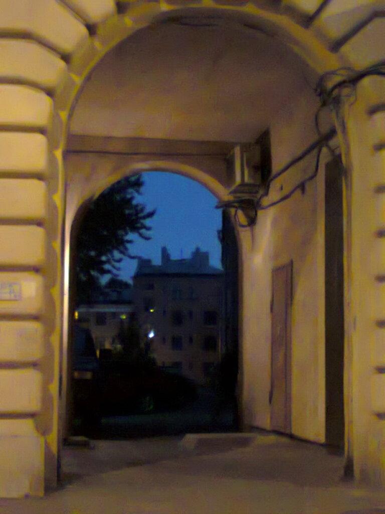 Жилмассив на Тракторной улице: силуэты домов просматриваются через арку сталинского дома по улице Ивана Черных. Фото сделано в мае 2014 года.