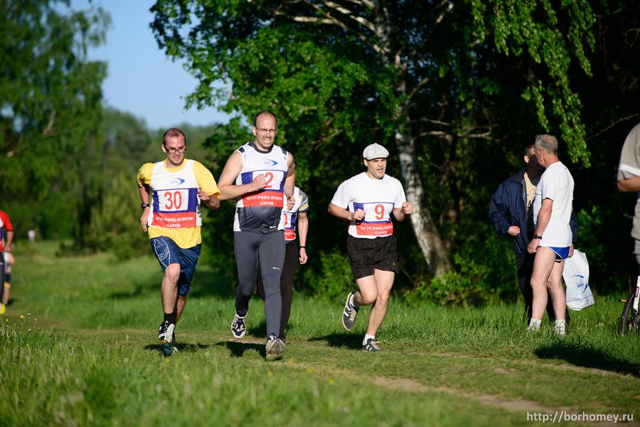 мужчина финиширует в забеге на 2 км