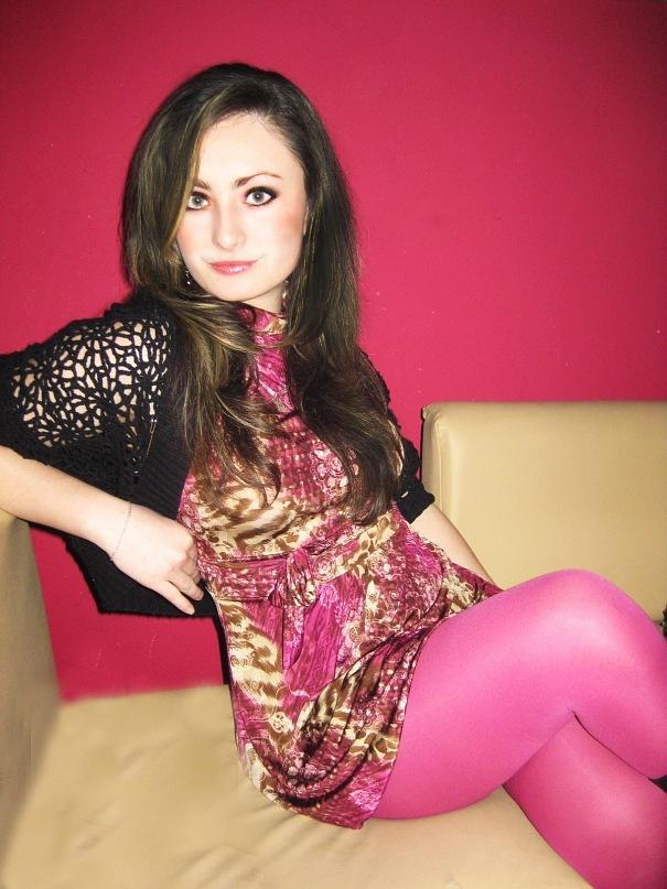 Длинноволосая шатенка в розовых колготках