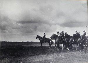 Император Николай II и сопровождающие его военные чины  перед началом смотра.