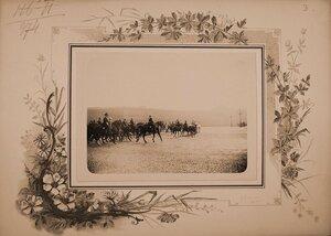 Военные чины, сопровождающие членов императорской фамилии к месту смотра, на Дворцовой площади..