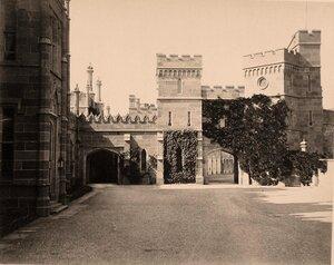 Вид части фасада дворца графа М.С.Воронцова со стороны двора; (архитектор Эдуард Блор, 1828-1848 гг.).