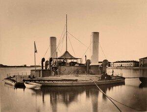 Один из первых броненосцев береговой обороны Черноморского флота - артиллерийская плавучая батарея (поповка) Новгород, спущенная на воду 21 мая 1873 г.,  на причале.