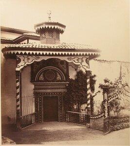 Вид Посольских дверей (портал Демир-Капы) -  парадного входа в  ханский дворец (выполнено Алевизом Фрязиным-Новым в 1503-1504 гг.). Бахчисарай.