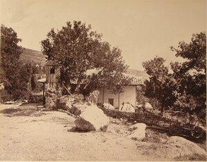 Вид жилого дома с двориком близ побережья. Симеиз.