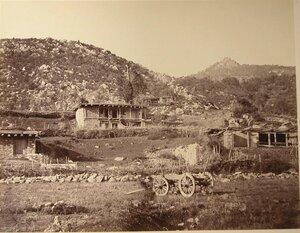Вид жилого дома у поножия горы. Гаспра.