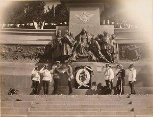 Император Николай II приветствует болгарского наследного принца Бориса у памятника императору Александру II.