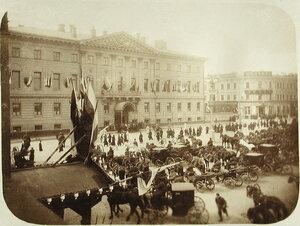 Вид дома московских генерал - губернаторов  (Таврическая ул.,д.31), украшенного флагами по случаю пребывания в Москве императора Николая II и других членов императорской фамилии.