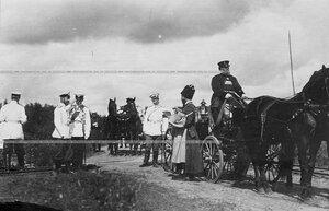 Император Николай II и сопровождающие его лица на маневрах  Саперного батальона .