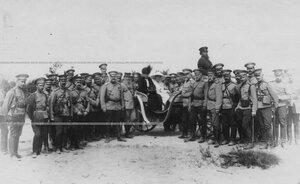 Группа офицерского состава бригады (у экипажа герцог Мекленбург-Стрелицкий с сыном).