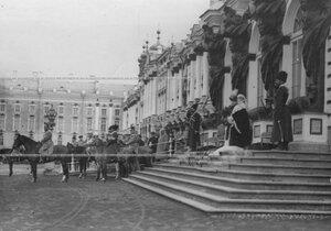 Император Николай II и шеф полка великая княгиня Мария Павловна производят смотр Драгунского полка.