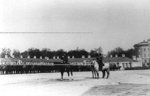 Император Николай II приветствует выстроившийся для парада полк.