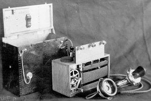 Внешний вид индукторного телефонного аппарата, изъятого из корпуса ящика. служащего для специального пользования.