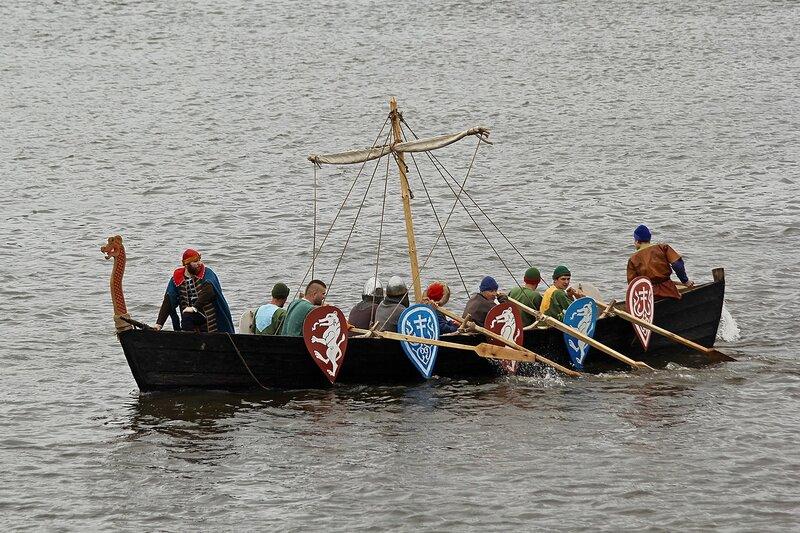ушкуйники на ушкуе гребут по реке Вятке, готовятся к высадке