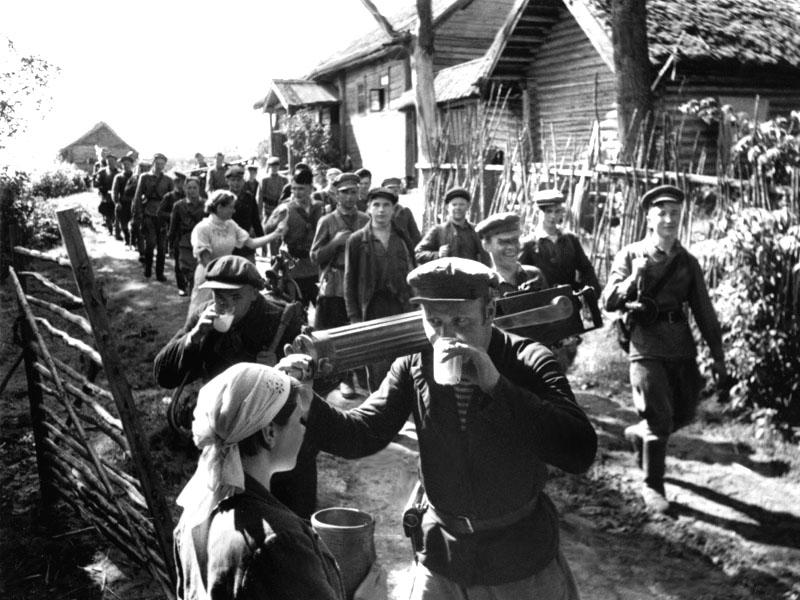11-Деревенские жители угощают партизан молоком. 1942г.jpg