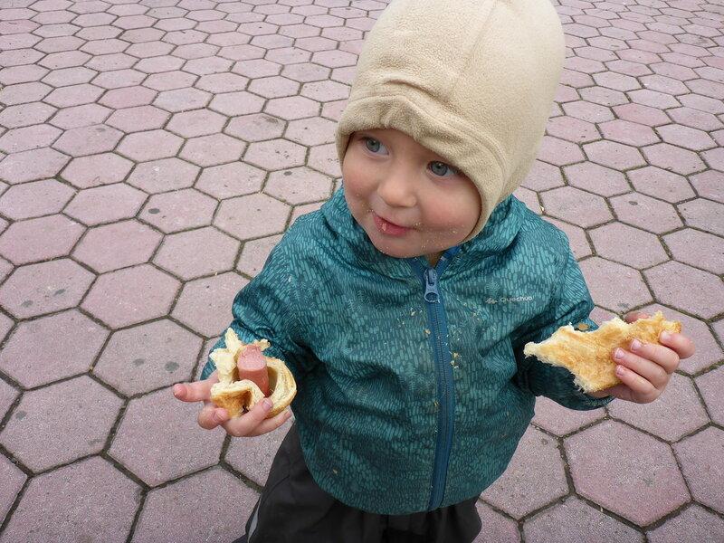 ребенок ест сосиску в тесте