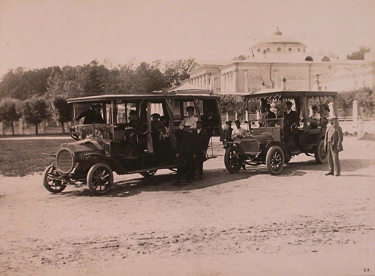 Автоэкипажи с пассажирами и техническим персоналом на автомобильной станции