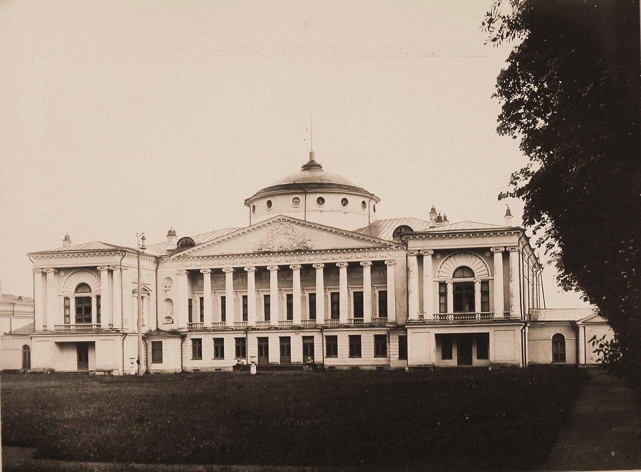 Вид фасада здания Останкинского дворца Шереметевых со стороны парка