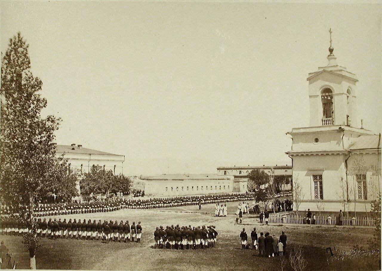 Солдаты и офицеры во время молебна  по случаю освобождения Баязета (в крепости Александрополь)