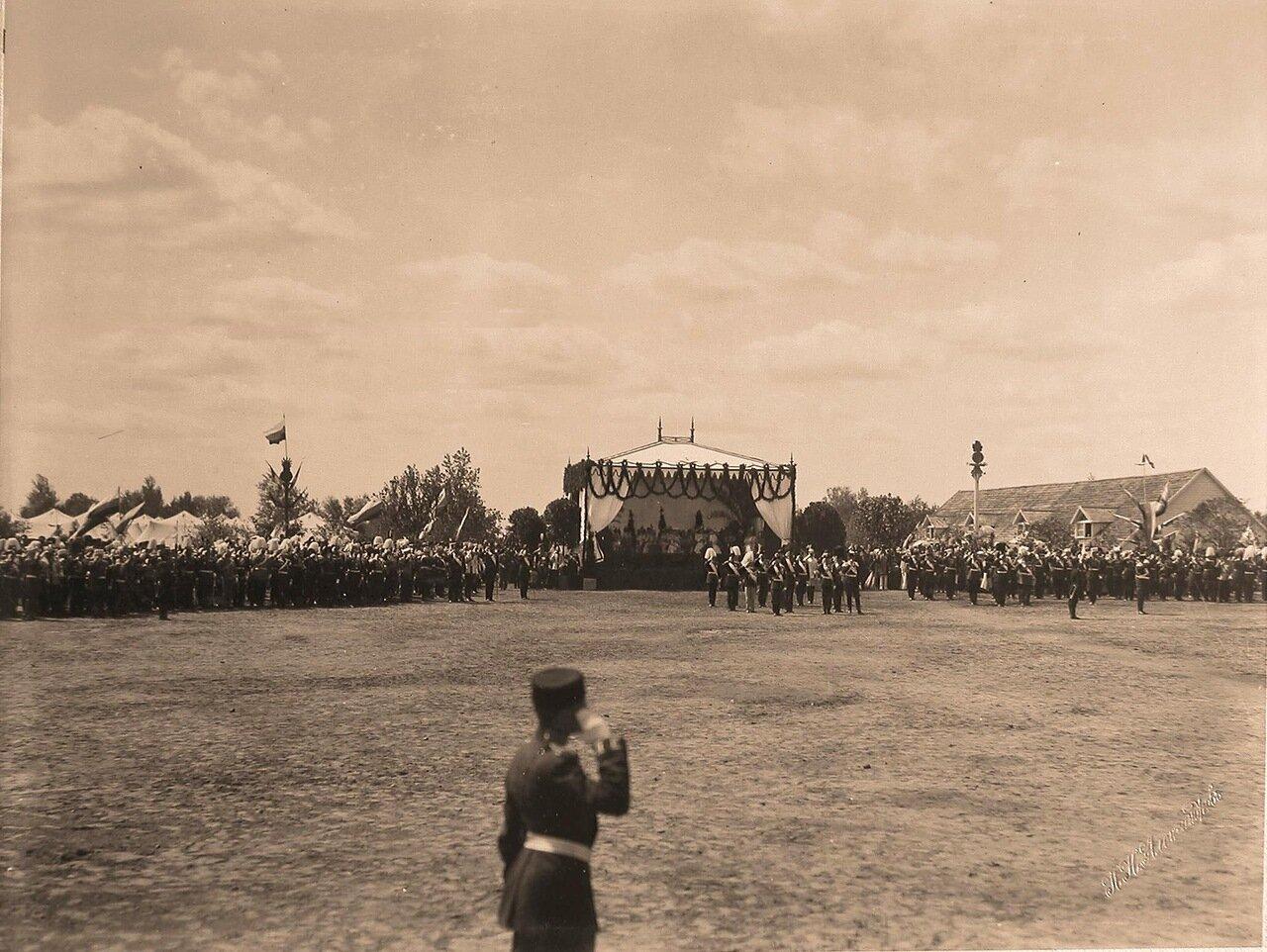 Участники парада на Ходынском поле; перед царской палаткой - главы иностранных делегаций, приглашенные на торжества коронации; на первом плане (перед ними) - император Николай II