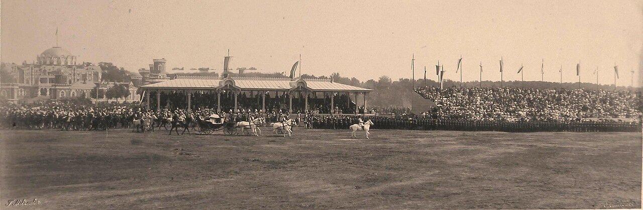 Экипаж с императрицами на Ходынском поле перед гостевыми трибунами в день проведения парада