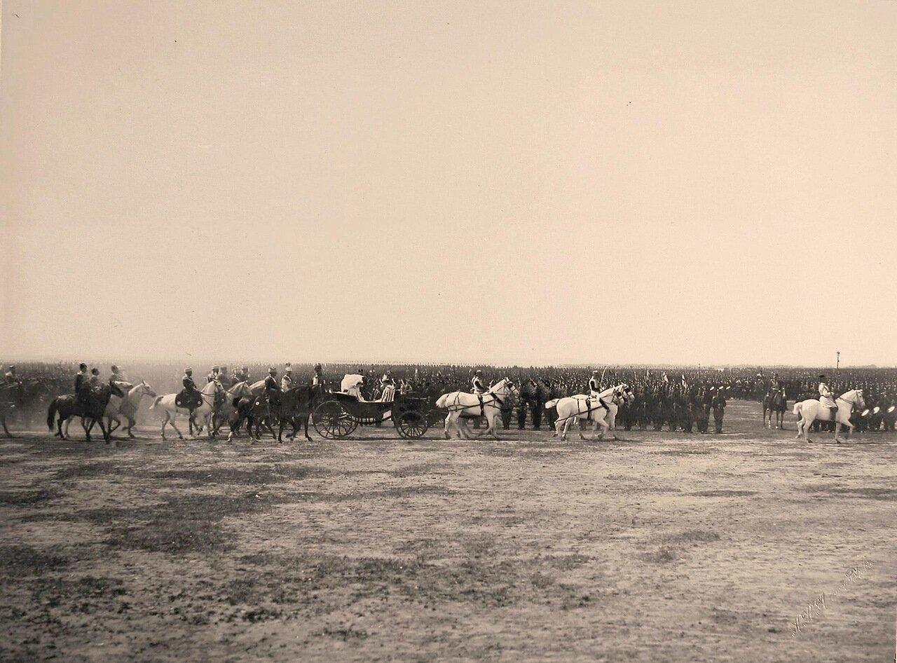 Экипаж с императрицами следует мимо выстроенных частей войск к месту проведения парада на Ходынском поле