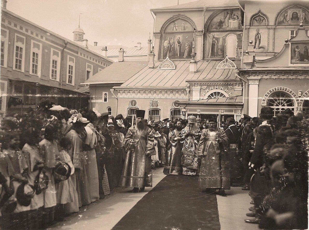 Император Николай II, вдовствующая императрица Мария Федоровна, члены императорской фамилии следуют за митрополитом Московским и Коломенским Сергием (в центре) по окончании службы в Троицком соборе