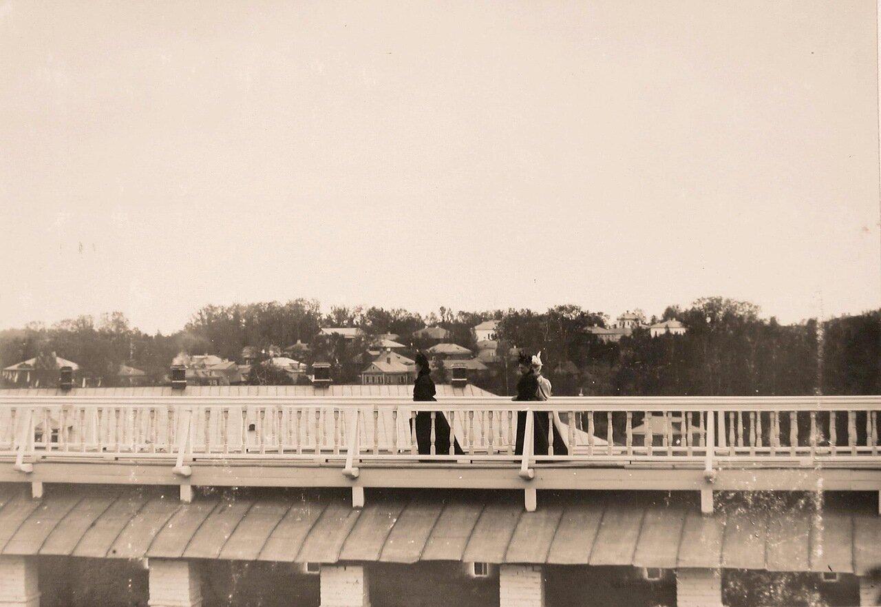 Вдовствующая императрица Мария Фёдоровна (в центре), великие княгини - следуют за ней по галерее монастырской стены Троице-Сергиевой лавры
