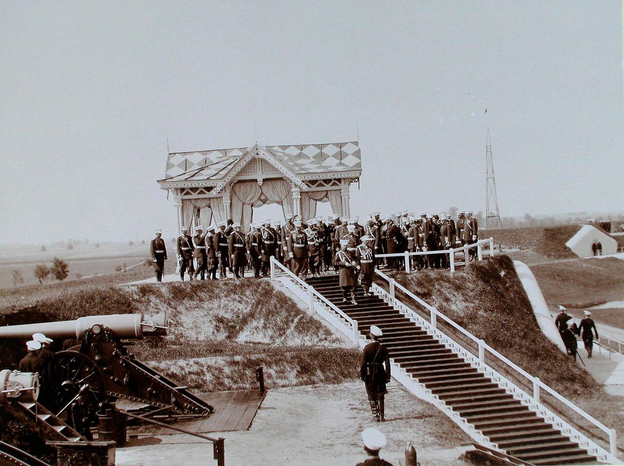 13. Император Николай II и сопровождающие его военные чины во время пребывания на форту № 8