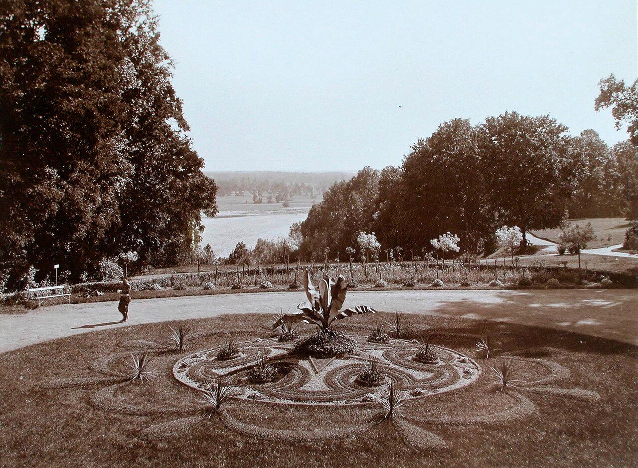 27. Уголок парка (вид из окон дворца)
