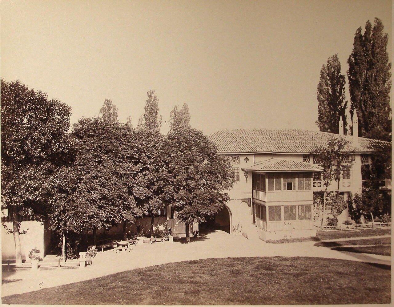 10. Вид одного из корпусов на территории Дворцовой площади близ ханского дворца