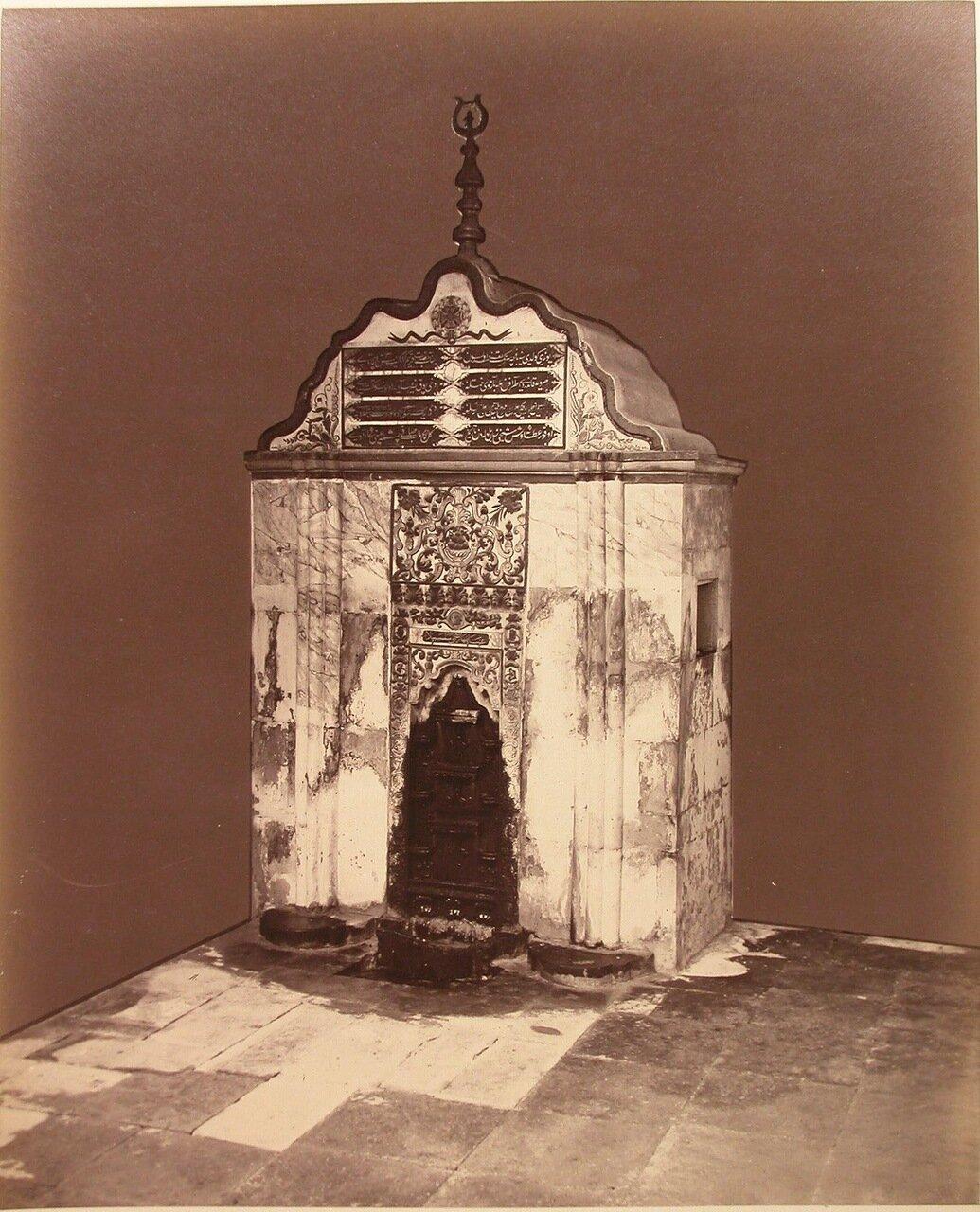 17. Вид на Бахчисарайский фонтан (Фонтан слёз) в Фонтанном дворике на территории ханского дворца
