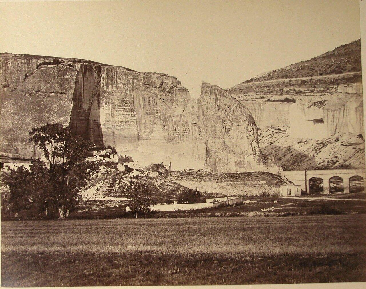 64. Инкерман. Вид Инкерманских скал; справа - мост в ущелье
