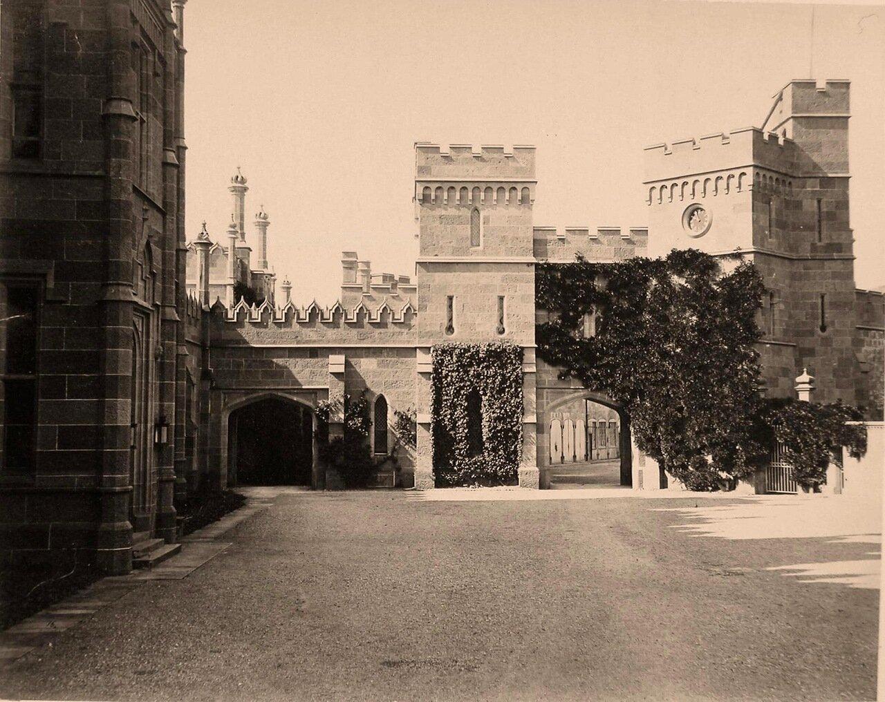 Вид части фасада дворца графа М.С.Воронцова со стороны двора; (архитектор Эдуард Блор, 1828-1848 гг.)