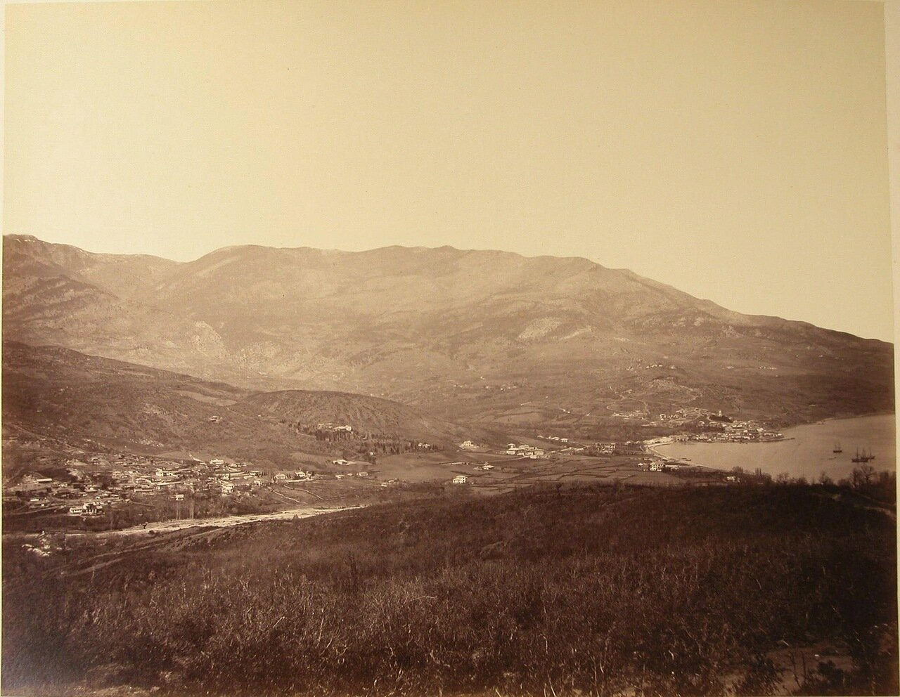 Вид на Алупку (слева) и Ялту (справа) со стороны гор