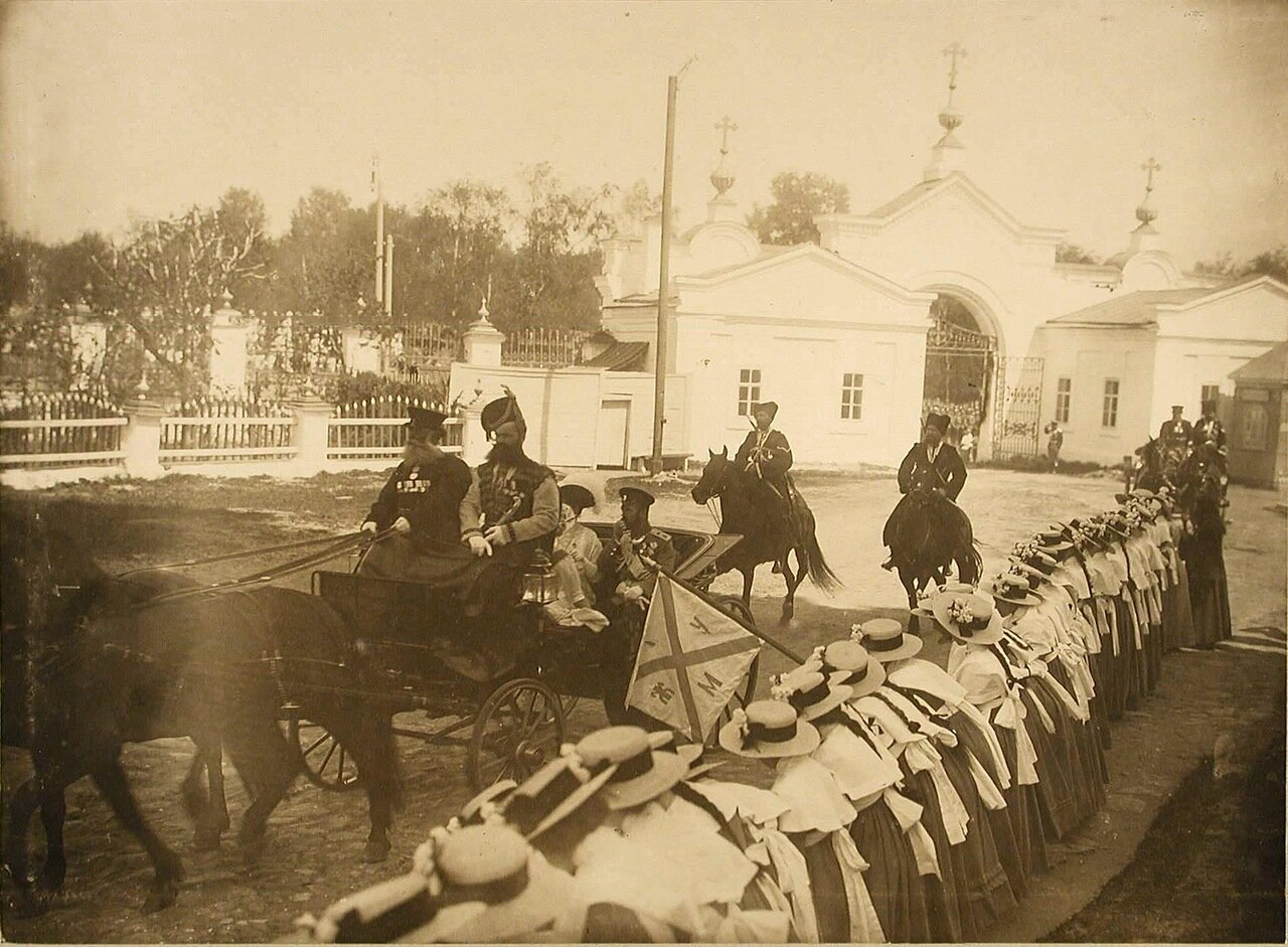 03. Император Николай II и императрица Александра Федоровна направляются в карете к Спасскому монастырю