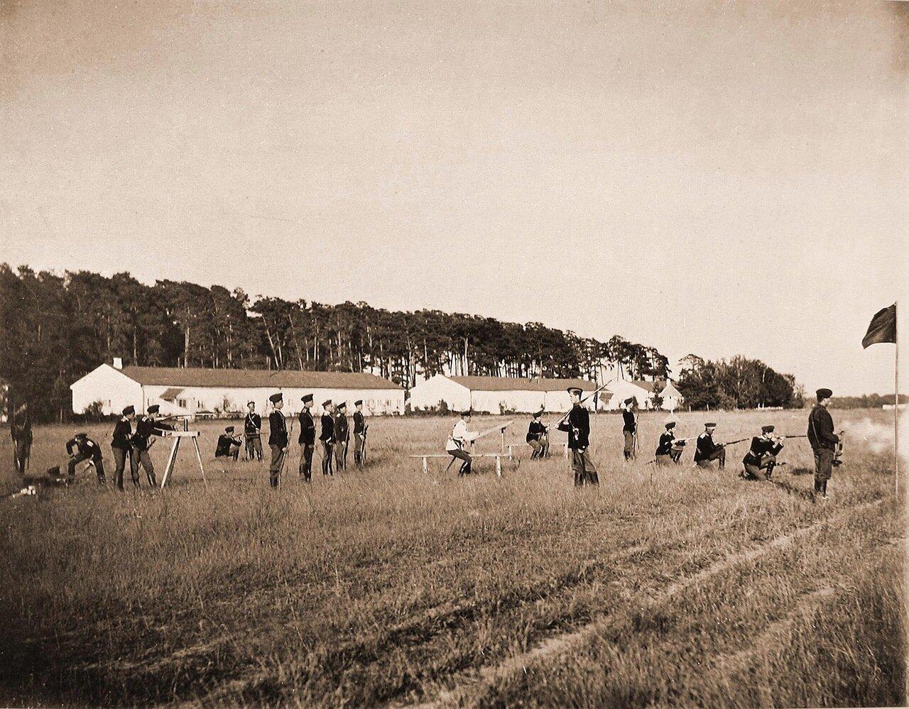 17. Группа юнкеров на стрельбище во время занятий по стрельбе