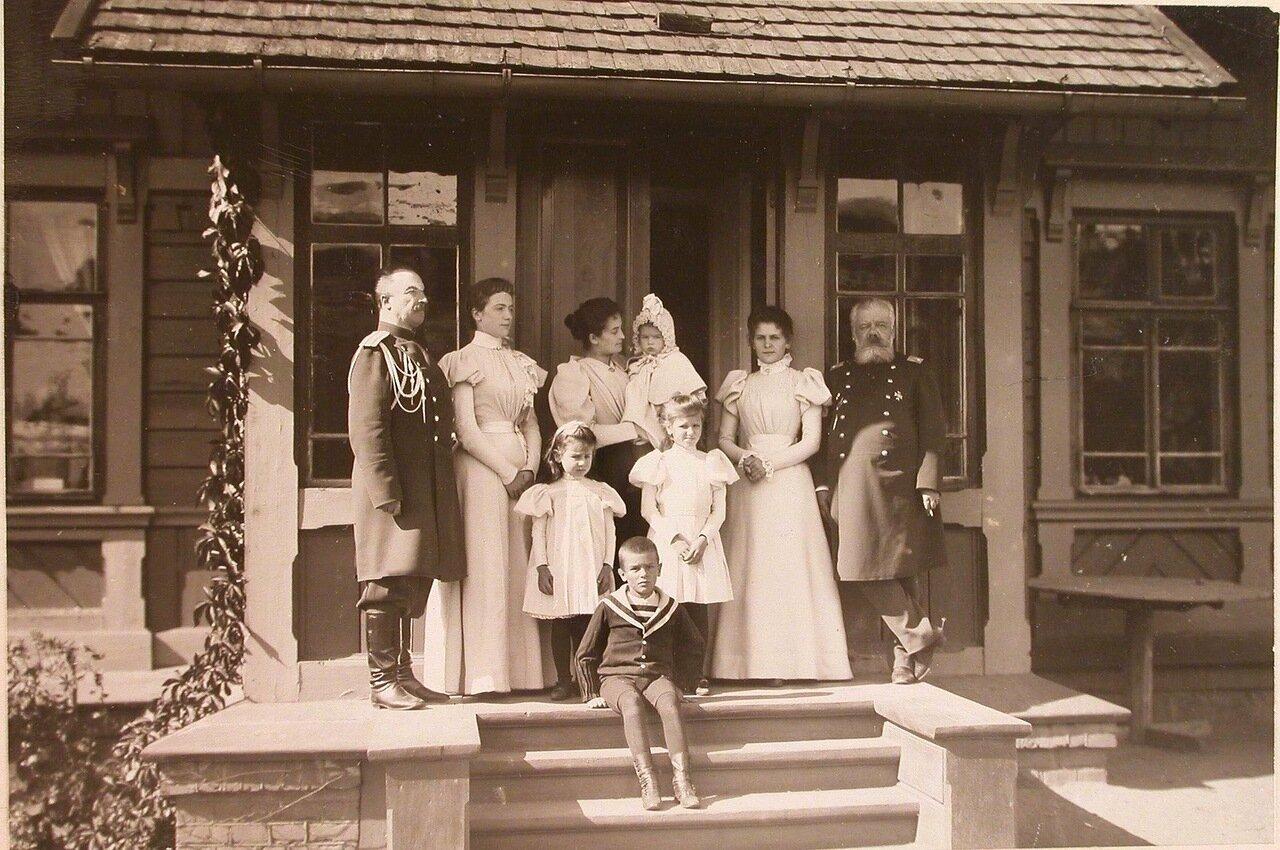 20. Члены семьи коменданта Беловежского дворца и его штатные служащие на крыльце дома