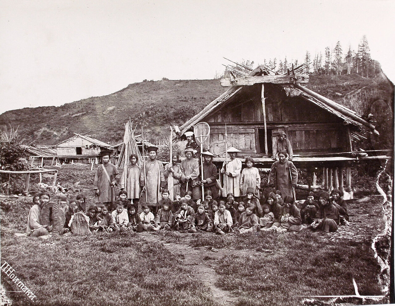 65. Группа местных жителей во время религиозного обряда Гиляк (песнопения)