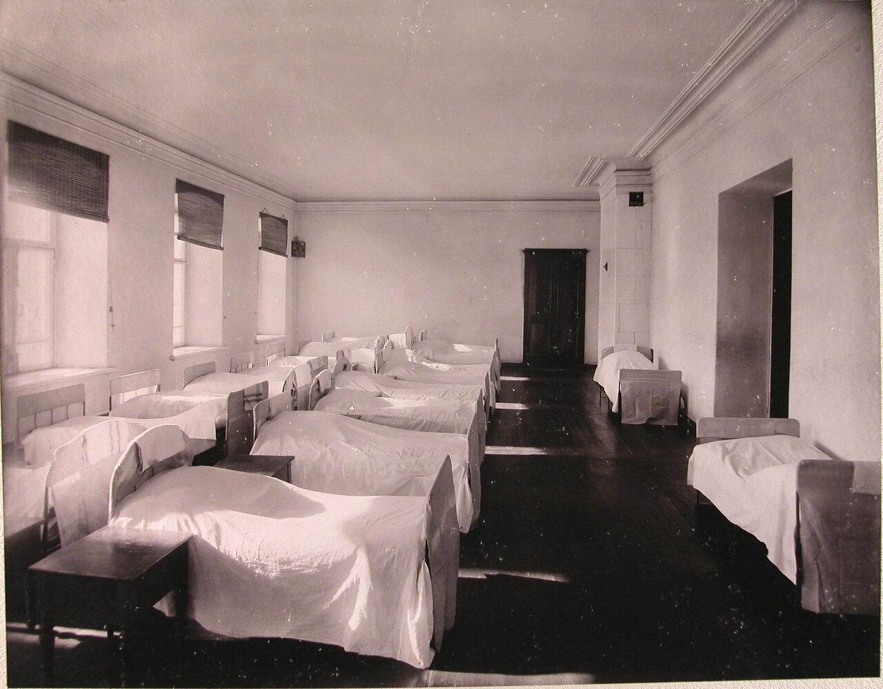 09.  Вид части спальни воспитанниц училища