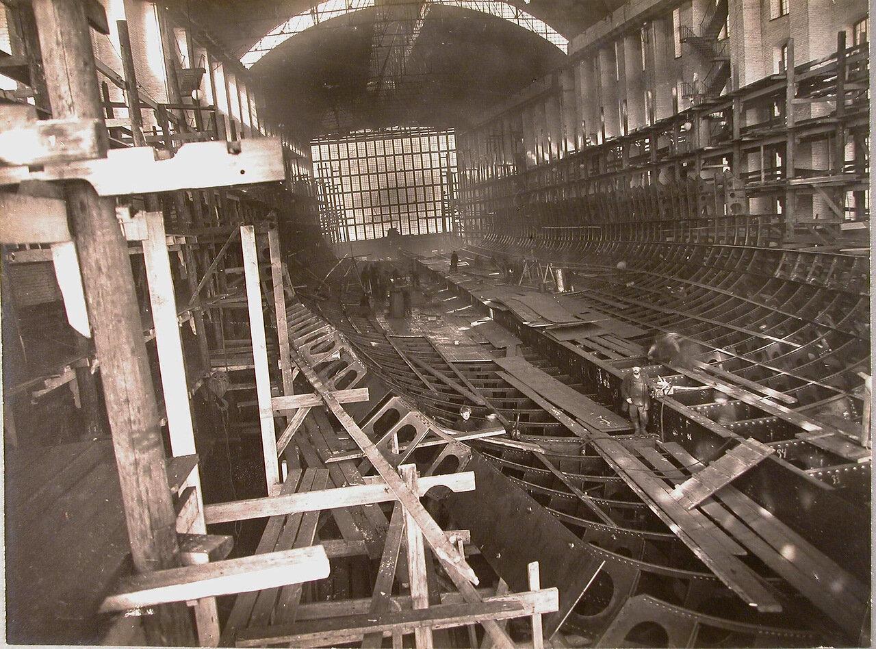 12. Вид части цеха во время набора днища (шпангоутные рамки доведены до скоса нижней палубы) строящегося линейного корабля «Полтава». 22 марта 1910 г.