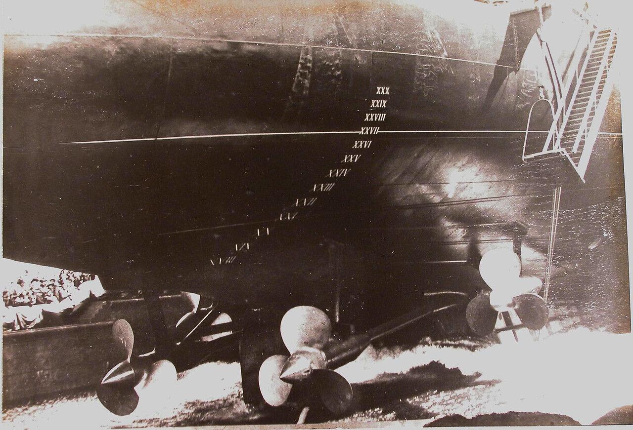 41. Вид ахтерштевеня; коснувшегося воды в момент начала спуска линейного корабля «Полтава». 27 июня 1911 г.