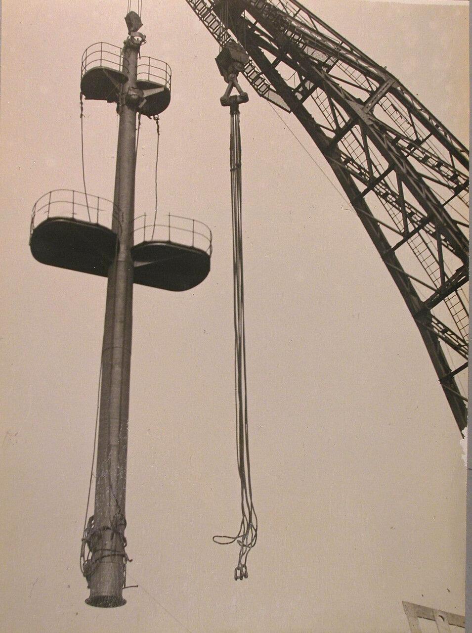 73. Установка мачты 150-ти тонным краном на линейный корабль «Полтава», май 1914 г.