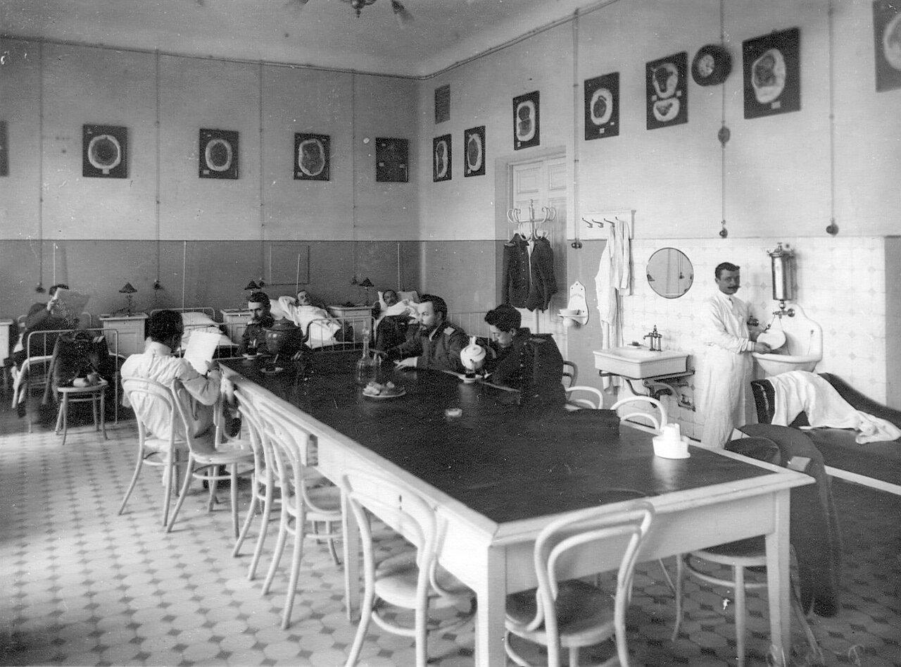 83. Палата в клинике при академии