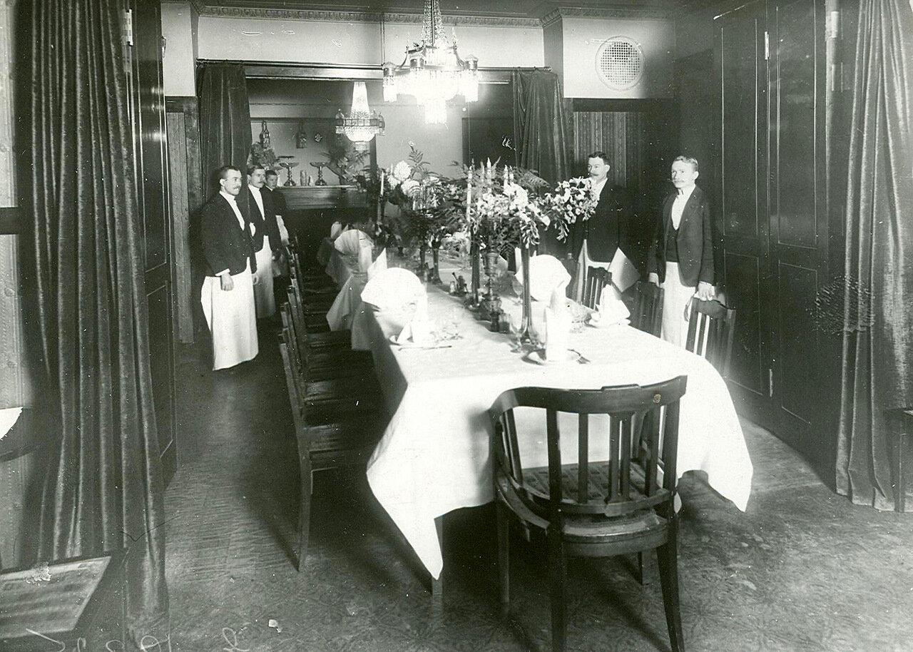 Накрытые столы в общем зале ресторана