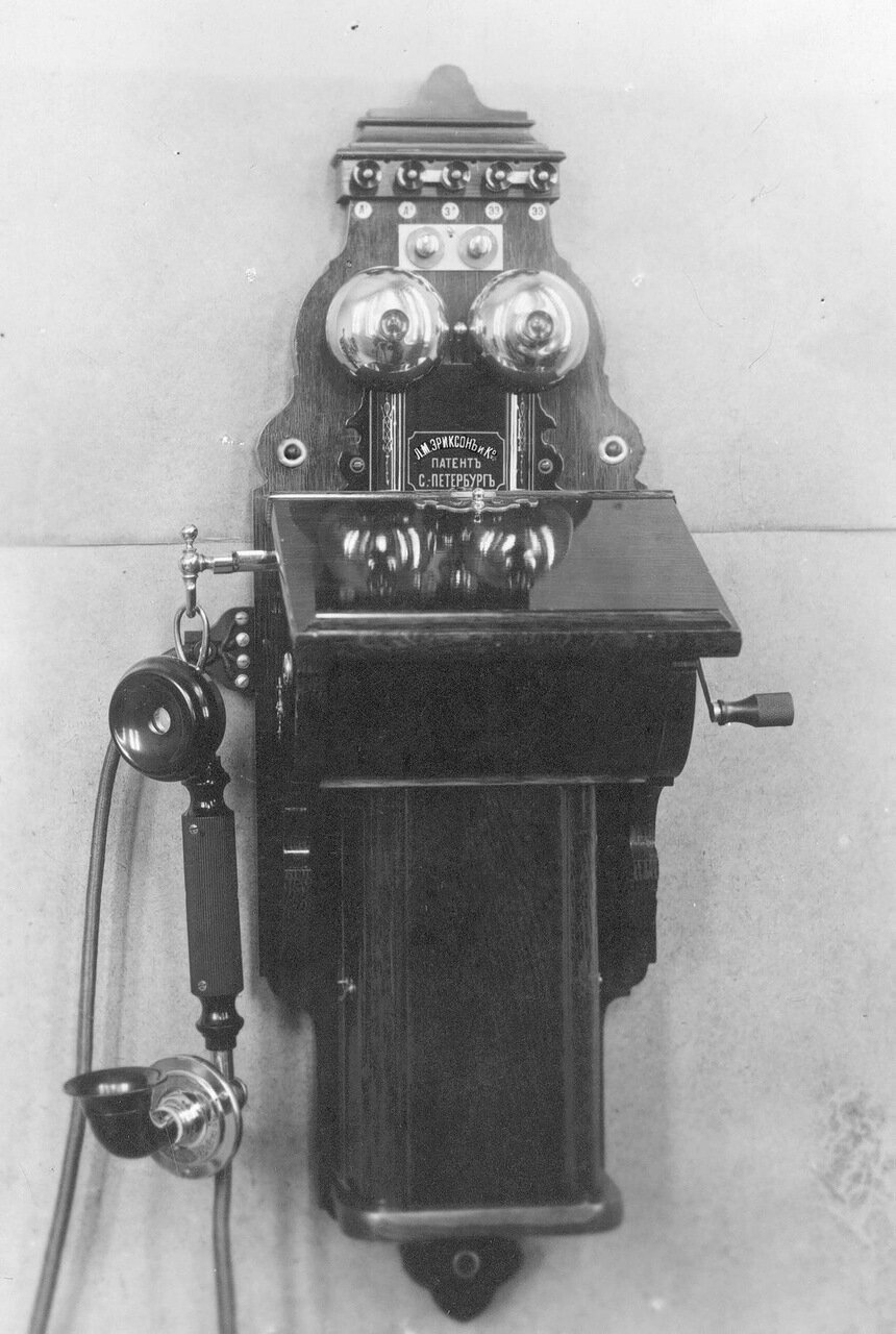 28. Внешний вид стенного индукторного телефонного аппарата, служащего при установке двухпроводной линии