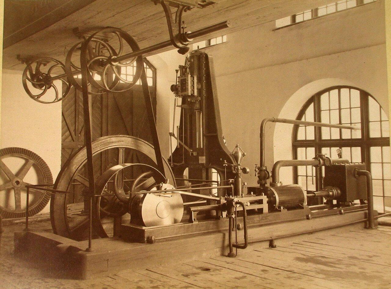 81. Вид экспонатов механической фабрики Ятес в горнозаводском отделе выставки