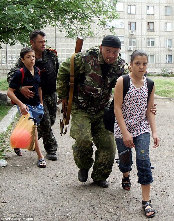 Мирные ополченцы переводят детей через дорогу (с) Сикель ТВ