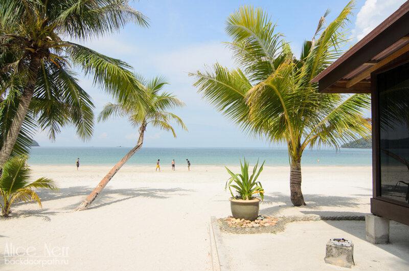 Справа - мое бунгало на пляже Pantai Cenang