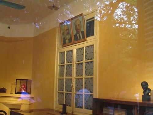 домик Хо внутри Маркс Ленин.jpg